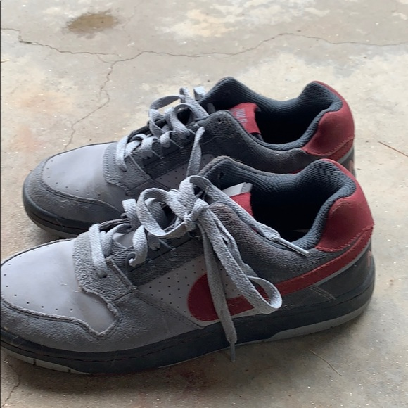 Men's Gray and red nike low top sneakers